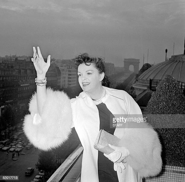 American actress and singer Judy Garland wawes Paris, 29 Septembre 1960. She became a juvenile film star in Broadway Melody followed by The Wizard of...