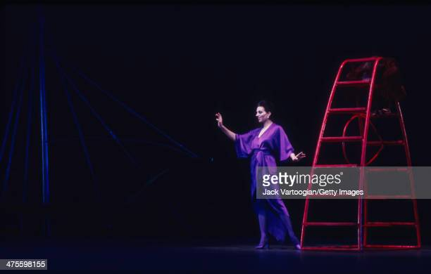 American actress and singer Liza Minnelli performs during the world premiere of Martha Graham's production of 'The Owl and the Pussycat' at the...
