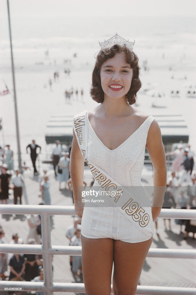 American actress and television personality Mary Ann Mobley (1937 - 2014) of Mississippi is crowned Miss America 1959 in Atlantic City, New Jersey, 6th September 1958.