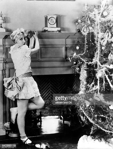 American actress Bessie Love hanging up a Christmas stocking circa 1920 Vintage property of ullstein bild