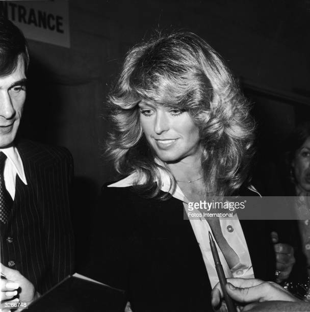 American actress Farrah Fawcett signs autographs after a taping of 'The Merv Griffin Show' November 1976