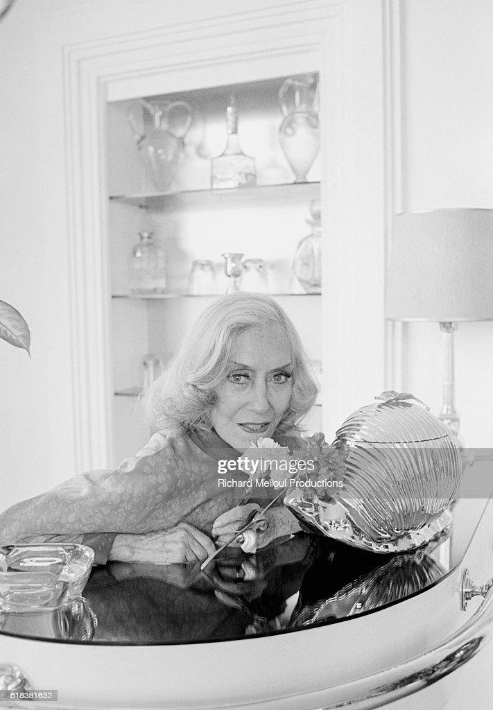 American Actress Gloria Swanson at Home in Paris : Photo d'actualité