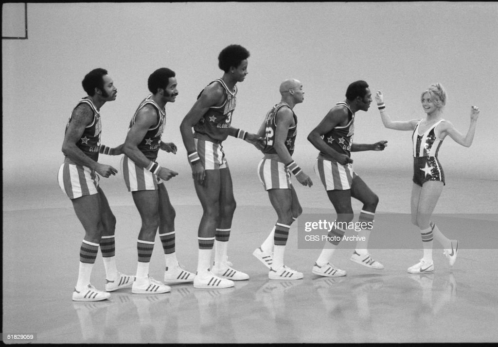 American actress Goldie Hawn performs with the Harlem Globetrotters, including Robert Paige (3rd from L), Curley Neal (3rd from R) and Meadowlark Lemon (2nd from L), during the CBS program 'The Goldie Hawn Special,' January 25, 1978.
