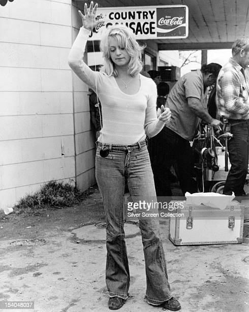 American actress Goldie Hawn playing with a yoyo circa 1975