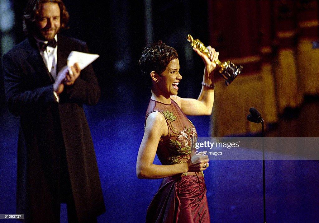 Halle Berry Wins Oscar : News Photo