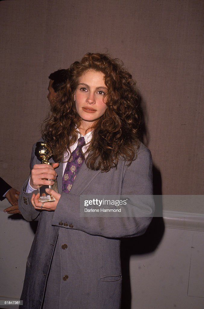 Julia Roberts Holds Her Award At 1990 Golden Globes : News Photo