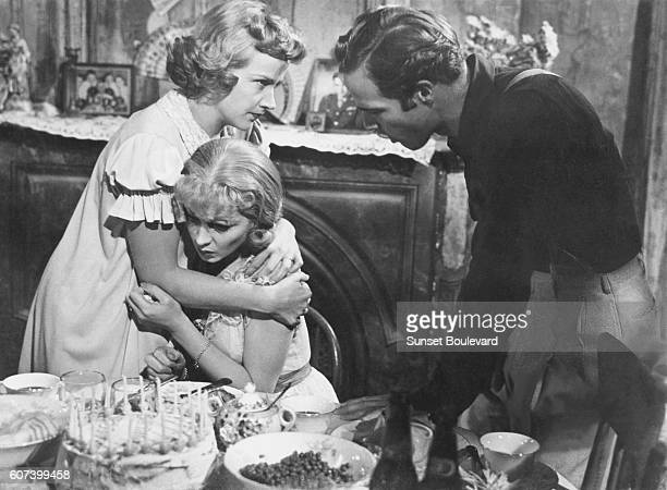 American actress Kim Hunter English actress Vivien Leigh and American actor Marlon Brando on the set of A Streetcar Named Desire directed by...