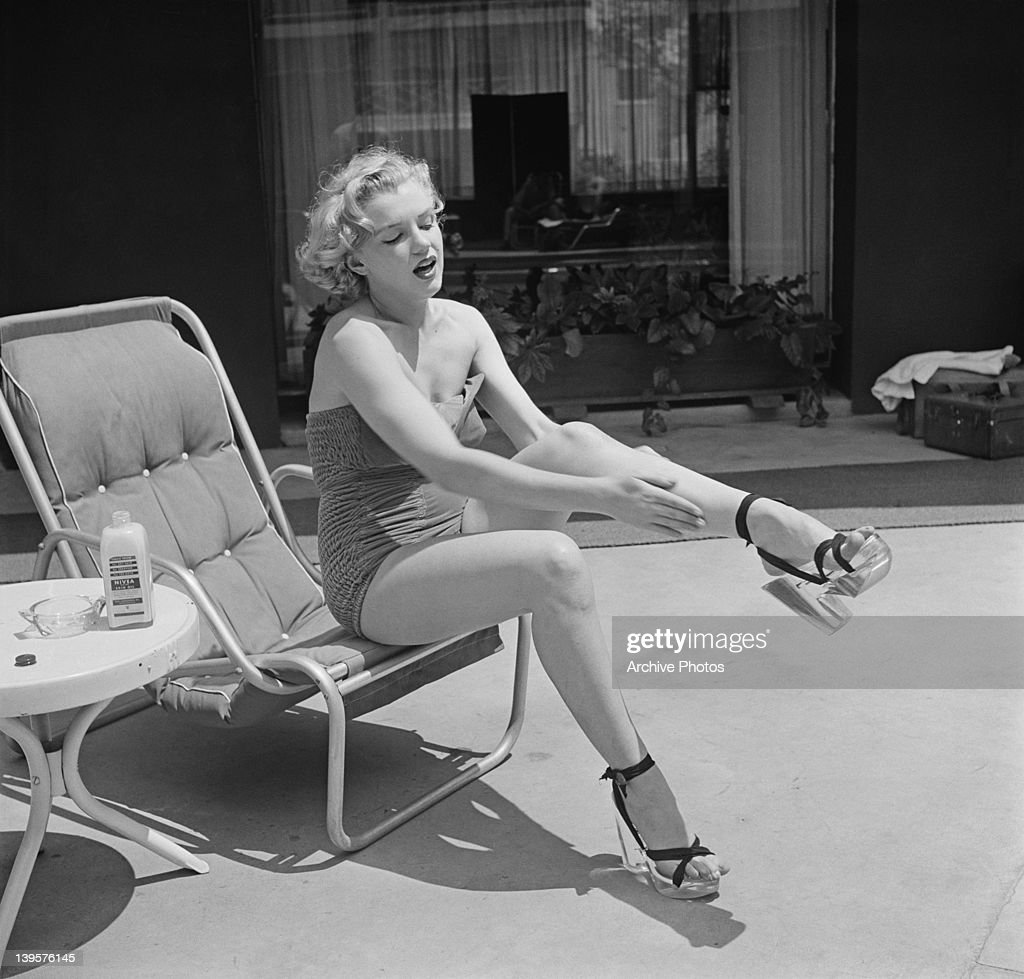 American actress Marilyn Monroe applies Nivea lotion to her legs,... News  Photo - Getty Images