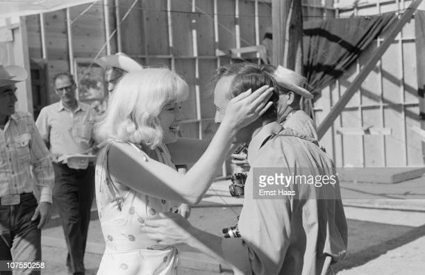 American actress Marilyn Monroe greets Magnum photographer Bruce Davidson during the location shoot of 'The Misfits' in the Nevada Desert 1960 In the...