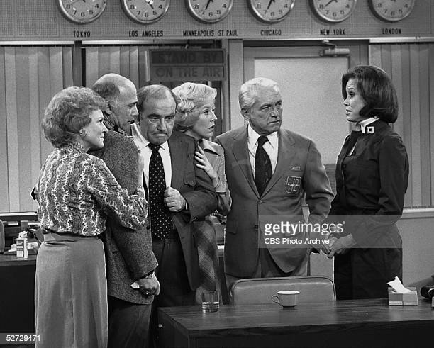 American actress Mary Tyler Moore talks to her fellow cast members in the series finale of the television comedy 'Mary Tyler Moore' March 19 1977...