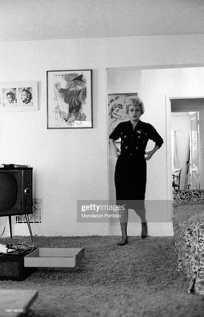 Shelley Winters barefoot in her private house : News Photo