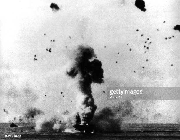 """American aircraft carrier """"USS Enterprise"""" has just been hit by a bombe launched by a Japanese kamikaze, during American landing at Okinawa ."""