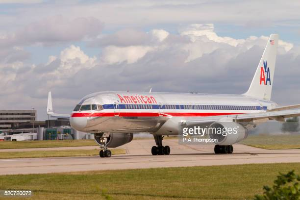 american airlines boeing 757 on runway - american airlines stock pictures, royalty-free photos & images