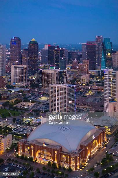 american airlines center with dallas texas skyline - american airlines stock pictures, royalty-free photos & images
