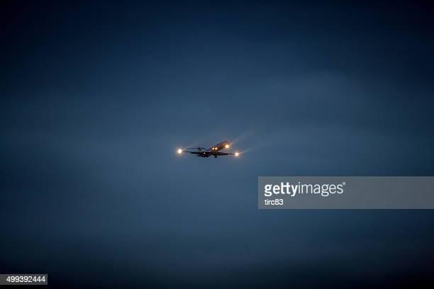 Jet de American airlines aterrizando en la noche
