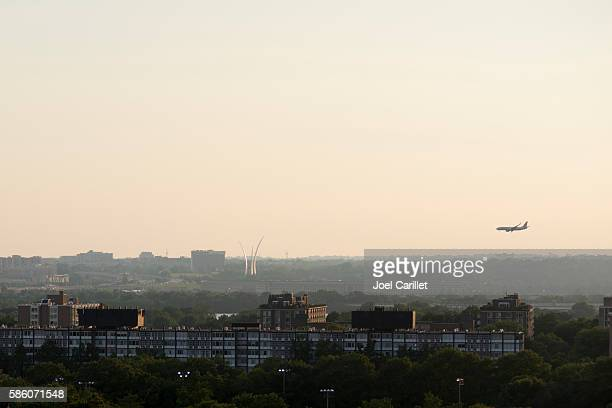 american airlines plane descending near pentagon - air force memorial stock pictures, royalty-free photos & images