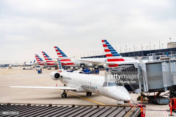 american airlines planes finishing up for take-off at gate - ohare airport stock pictures, royalty-free photos & images