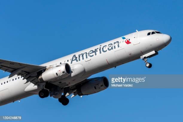 american airlines bereitet sich auf die landung in las vegas, nevada vor. - american airlines stock-fotos und bilder