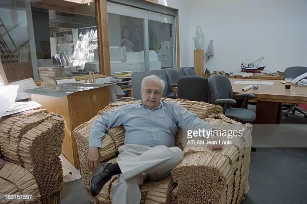 American Architect Frank O Gehry Los Angeles juin 2001 Rendezvous avec l'architecte américain Frank O GEHRY L'architecte dans son bureau assis sur un...