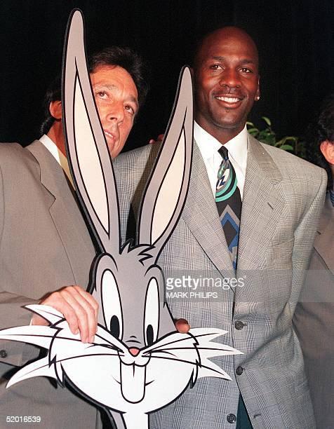 American basketball star Michael Jordan poses with filmmaker Ivan Reitman and a cutout of Bugs Bunny 20 June 1995 as they announce Jordan's film...