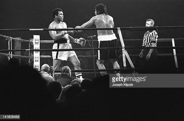 American boxer Muhammad Ali fights Uruguayan Alfredo Evangelista in a Heavyweight Championship bout at the Capital Centre, Landover, Maryland, USA,...