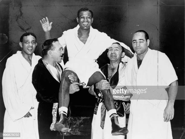 American boxer Sugar Ray Robinson smiles and waves as he is held aloft by fellow boxers from left Randolph Turpin Gene Fullmer Carmen Basilio and...