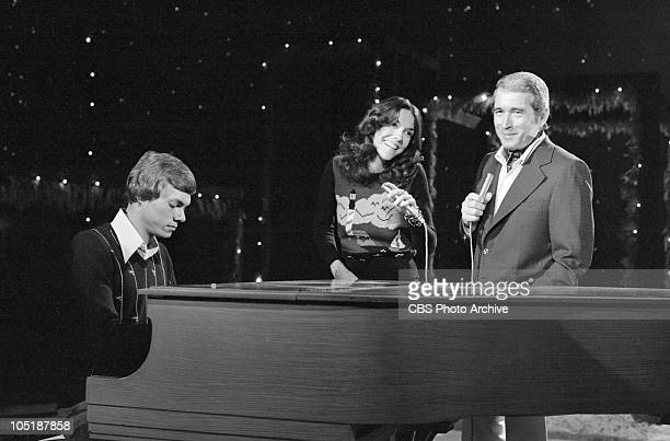 American brother and sister musicians The Carpenters Richard and Karen Carpenter perform with Perry Como on 'the Perry Como Christmas Show' Los...