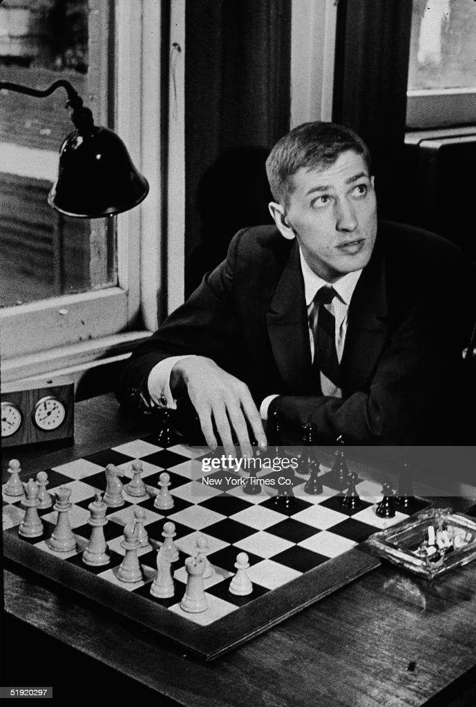 Bobby Fischer At Chess Club : Nachrichtenfoto
