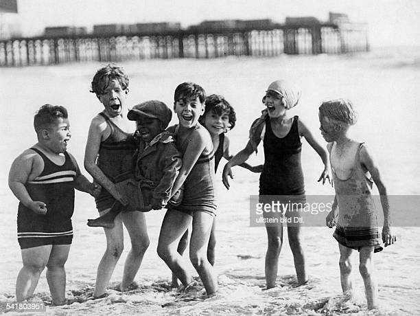 American comedy short films in the 1920/1930ies Scene from the movie 'Our Gang'' playing on the beach LR Joe Cobb Mickey Daniels Farina Hoskins...