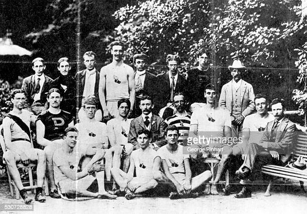 American contestants in the 1900 Olympic Games in Paris pose in the Bois de Boulogne. Front row : Boardman, Al Newton and Maxey Long. Second row :...