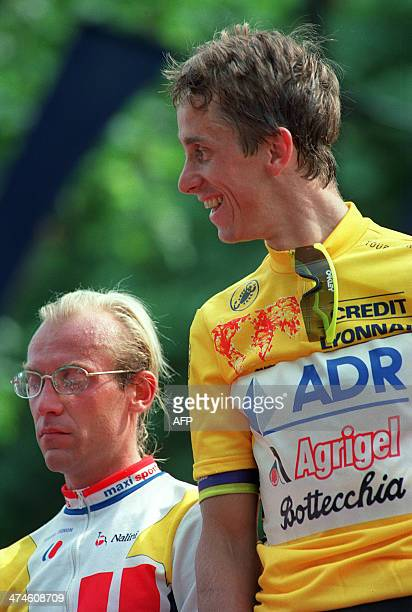American cyclist Greg Lemond and French cycliste Laurent Fignon are pictured on the TDF podium in Paris on July 23 1989 AFP PHOTOLe cycliste...