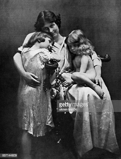 ISADORA DUNCAN American dancer Photographed with her two children Deidre and Patrick 1913 photo Otto Paris