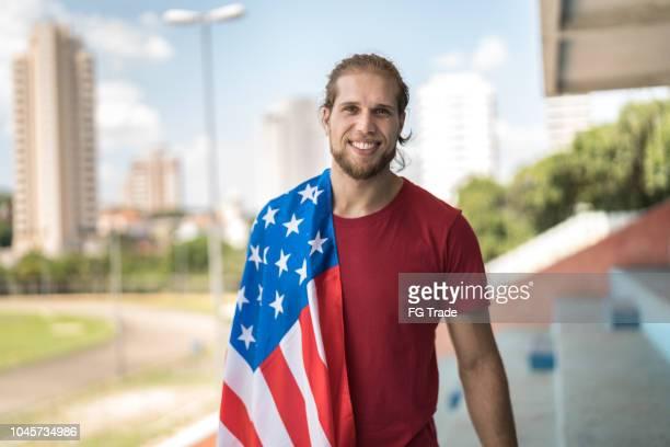 portrait de fan américain - american football sport photos et images de collection