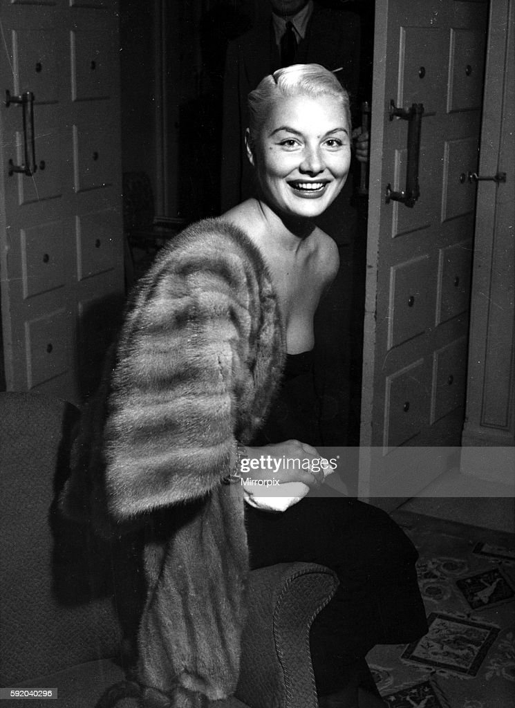 https://media.gettyimages.com/photos/american-film-actress-barbara-payton-in-her-hotel-room-in-london-25th-picture-id592040296