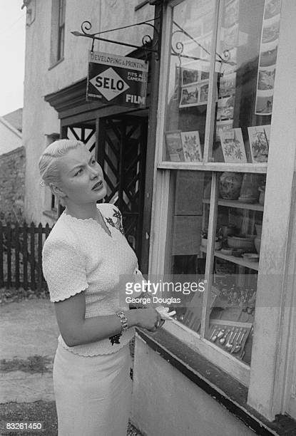 American film actress Barbara Payton in Weymouth Dorset during filming of 'The Four Sided Triangle' for Hammer films 30th August 1952 Original...