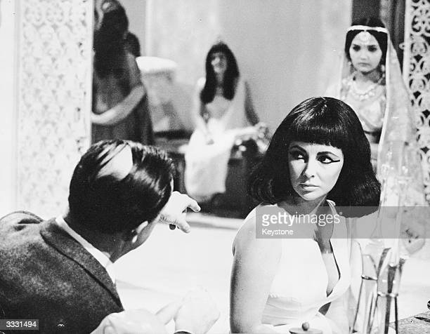 American film director Joseph L Mankiewicz directing Elizabeth Taylor on the set of his film 'Cleopatra'.
