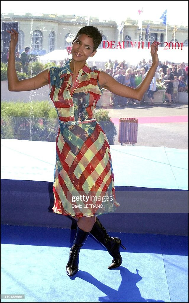 """American film festival, photo-call of """"Swordfish"""" in Deauville, France on August 30, 2001. : News Photo"""