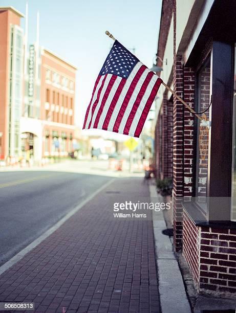 american flag downtown - fayetteville carolina del nord foto e immagini stock