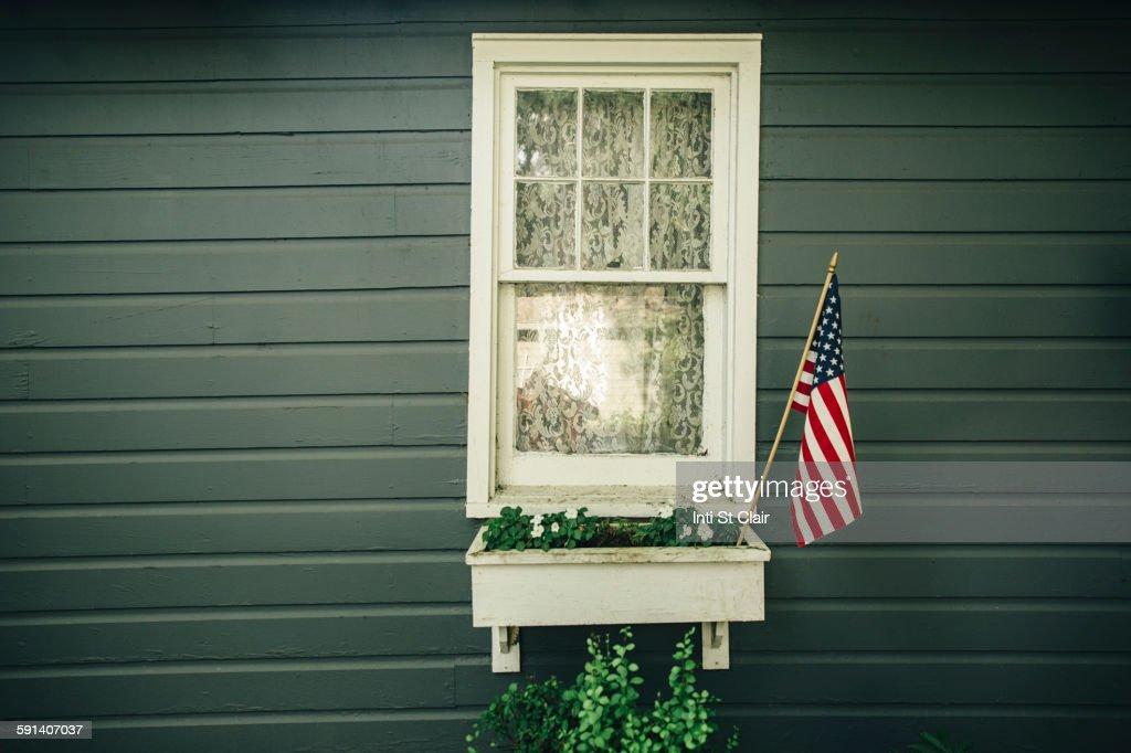 American flag in window box outside house : Stock-Foto