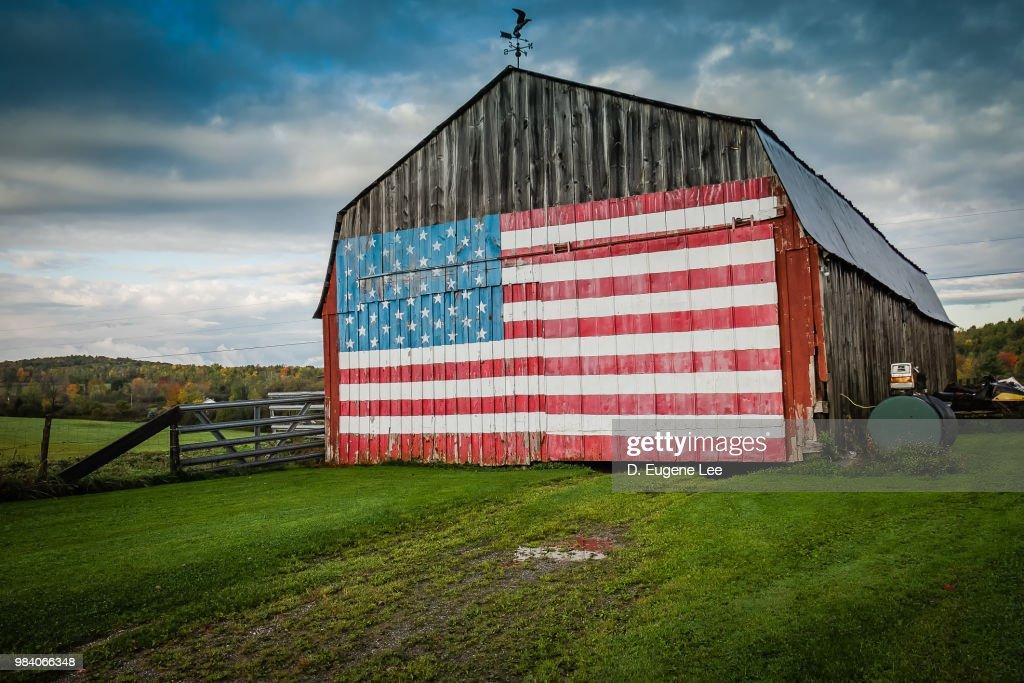 American flag on a barn. : ストックフォト