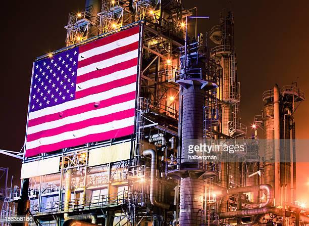 Bandera estadounidense en la refinería de petróleo