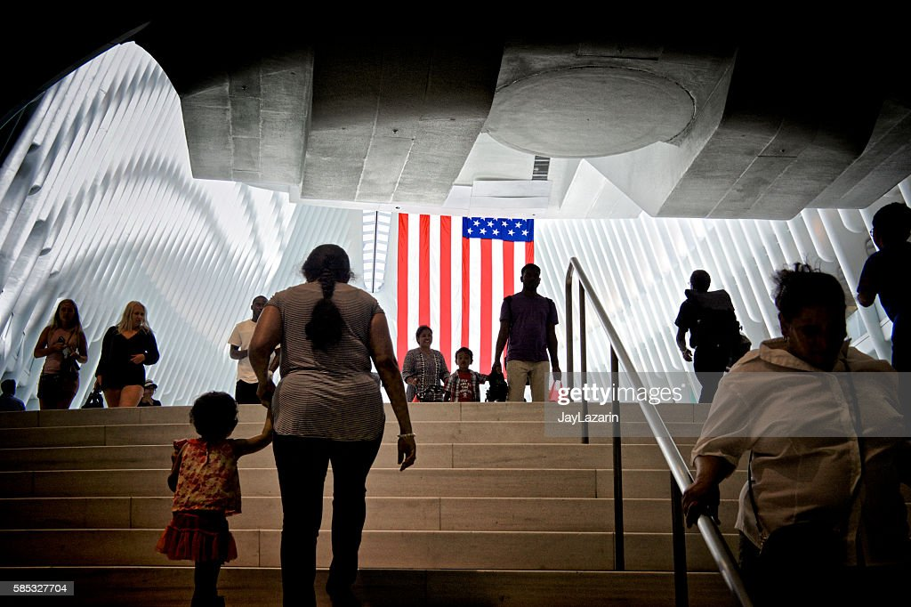 American Flag, People Passing Through World Trade Transportation Hub, NYC : Foto de stock
