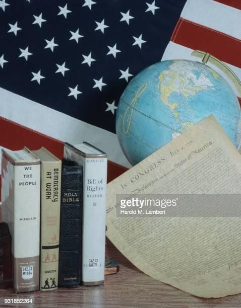 american flag with globe and books - escrita ocidental - fotografias e filmes do acervo
