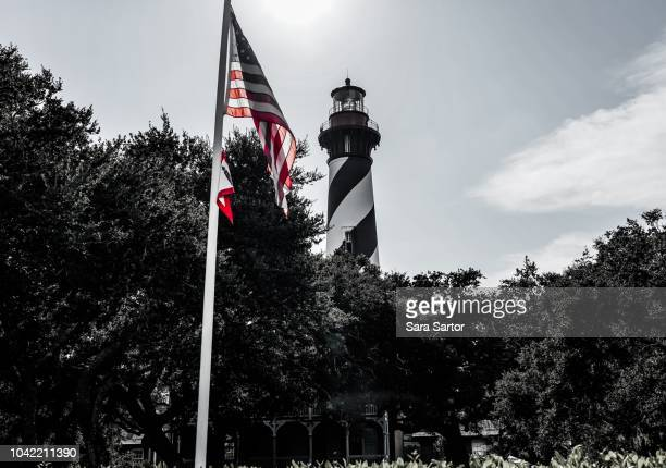 american flag with st augustine lighthouse - st augustine lighthouse - fotografias e filmes do acervo