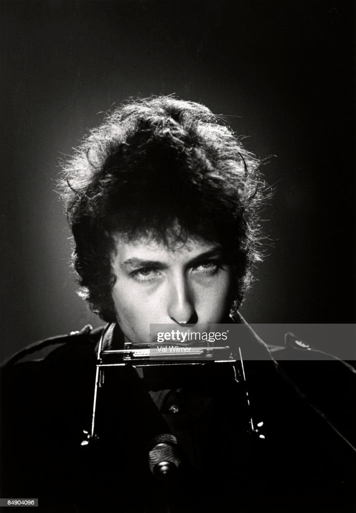 CENTRE Photo of Bob DYLAN, performing on TV show