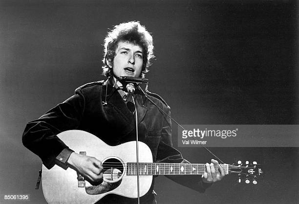 CENTRE Photo of Bob DYLAN performing on TV show