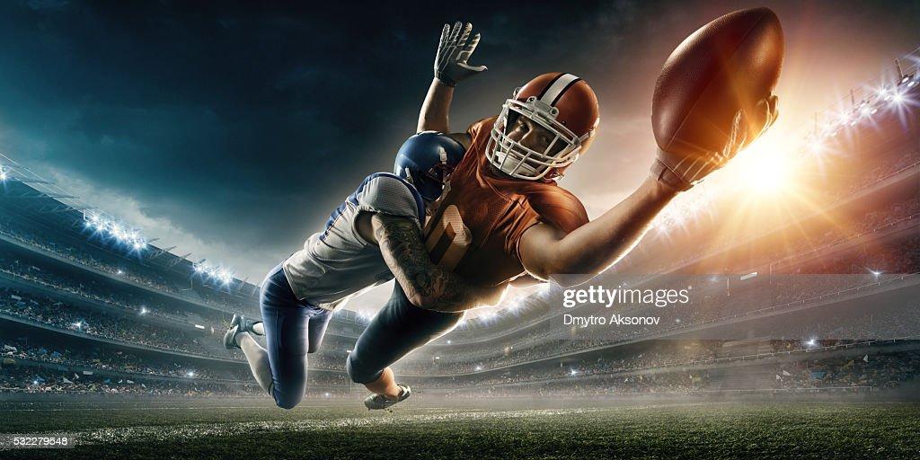 Atacan jugador de fútbol americano : Foto de stock