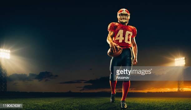 jogador de futebol americano na ação - quarterback - fotografias e filmes do acervo