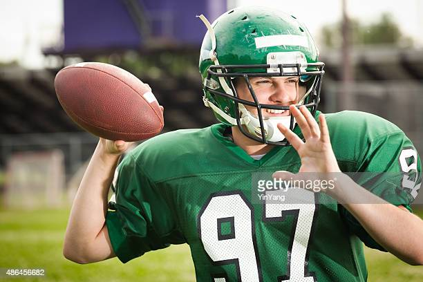 american football player quarterback throwing a pass close-up - passing sport stockfoto's en -beelden