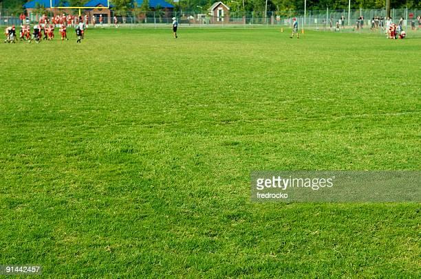 american football players en juego de fútbol americano en el campo de fútbol americano - football league fotografías e imágenes de stock